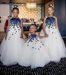 Robes Bleu Blanc Pas Cher-Cute Wedding Flower Girl Robes Navy Blue and White 3D Flowers Beads Ball Gown Bateau 2017 Custom Made Cheap Baby First Communion Robes