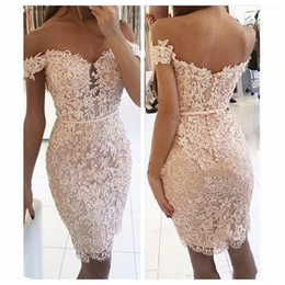 Barato Vestido De Celebridades Azul Claro-2017 Bainha Light Pink Lace Cocktail Dresses Off Shoulder Cap Sleeves Comprimento do joelho Vestido curto Celebrity Prom Party Homecoming Dress