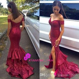 Tapis Rouge Jupes Courtes Pas Cher-Sexy Side Split 2016 Mermaid Robes de bal avec épaules manches courtes Dark Red Sequins Robes de soirée Tiers jupe Red Carpet Evening Wear
