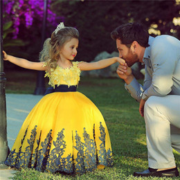 Jupes Jaunes Pour Filles Pas Cher-2017 Lovely Yellow Princess Ball Gown Flower Girl Robes Manteaux à capuchon Collier Cou Puffy Skirt Lace Appliques Robes de scène de filles Custom