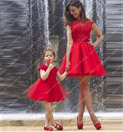 Barato Pequeno Vermelho Bonito-Hollow Short Lace Applique Tulle Ball Gown mangas curtas Red pode ser feito sob medida para Little Girl Cocktail Dresses Cute Beautiful