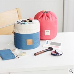 Venta al por mayor de Nueva llegada en forma de barril de viaje bolsa de cosméticos de poliéster de nylon de alta capacidad con cordón elegante lavado de tambor bolsas de maquillaje organizador bolsas de almacenamiento