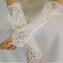 Barato Laço De Casamento Luva Longa Sem Dedos-Ivory Satin Bridal Gloves Beads Lace Cheap Fingerless Long Ladies Dress Luva Bow Fast Shipping Acessórios de casamento