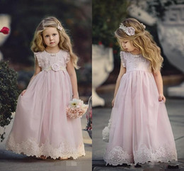 Barato Babados Baratos-Cheap Blush Pink Flower Girl Vestidos para Casamentos Country Ruffles Lace Appliqued Boho Vintage Beach Little Baby Gowns para Comunhão