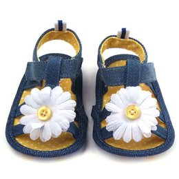 Barato Bebê Macio E Solteiro-2016 New Baby Girl Sandals com Big Sun Flower Denim Upper Open Toe Soft Sole Atacado Toddler Walking Shoes