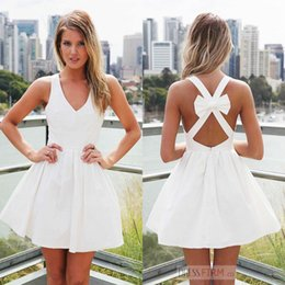 Mini Noeuds Pas Cher-2017 Simple Little White Homecoming Robes A Line Mini Short V Neck Bow Nœud Back Cocktail Robes Sweet Sixteen Junior Graduation Dresses