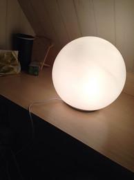 Venta al por mayor de Lámpara de mesa LED moderna bola redonda globo iluminación leche esmerilada pantalla blanca luz de escritorio bola de cristal difusor de vidrio lámpara de dormitorio junto a la cama