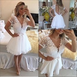 Barato Pouco Vestido Branco Do Pescoço De V-2016 Sweety Little White Lace Homecoming 8th Grade Graduation Dresses A Line Mangas curtas V Neck Lace Sheer Back Cocktail Prom Dresses
