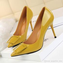 94030ccddd 2018 Tempo-limitado Amarelo Verde Nova Moda Ol Sapatos de Salto Alto Sapatos  de Estilete de Couro De Patente De Salto Médio Quadrado Fivela Vestido  Mulheres ...