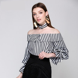 Barato Mangas Compridas Verticais-Mulheres Fashion Choker Blusa 2017 Autumn Brands Design Slash Neck Frill Vertical Branco Preto Stripe Camisas de manga comprida Cocktail Party Tops
