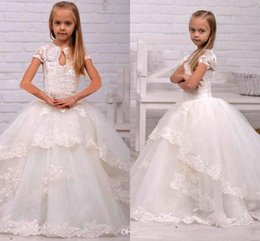 Barato Saias Chiffon Longo Bonito-2016 Cute White Ball Gown Lace Flower Girl's Dresses Mangas Curtas Pérolas Princess Tiered Saias Long Baby Girl's Birthday Dress with Train