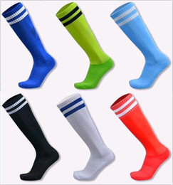 Chaussettes Rayures Sport Pas Cher-Chaussettes de football pour les enfants et le football adulte bas sur le genou Stripes long tube d 'absorption de l' humidité anti - patinage Chaussettes de sport