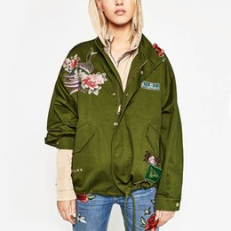 Barato Colar De Design Bordado-Atacado- Stylish ZA Peony Flores Padrão de pássaro Bordado Jacket Rivet 3D Appliques Patch Designs Stand Collar Loose Coat Outwear femme