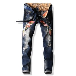 Barato Chinese Moda Calças-Men's Jeans Fashions Estilo chinês Personalidade Locomotiva Masculino Buracos Patch Beggar Jeans Bordados Tide Pants PUNK Ripped Jeans