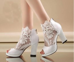 Barato Vestidos Brancos Sexy De Verão Formal-New Fashion Summer Sexy White Black Lace Wedding Boots Prom Evening Party Sapatos Bridal High Heels Lady Formal Dress Shoes