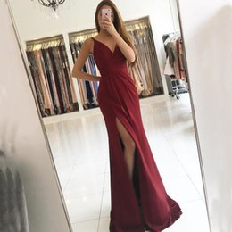 Barato Vestidos Vermelhos Escuro-2017 Vestidos elegantes V Neck Ruched Dark Red Evening Gowns sem mangas Cheap High Quality Prom Party Dress com trem de varração Split Split