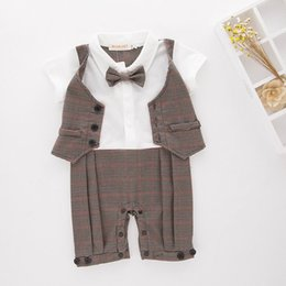 Barato Onesies Do Bebê Laços-Baby Boys onesies Rompers Stripe Bow Tie Waistcoat Gentleman Summer One Piece Jumpsuits + Cap Toddler Clothes 6-18M E13392