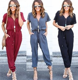 Barato Macacão Para Mulheres Com Gola-Sexy V Neck Pleated Waist Pocket Rompers Womens Jumpsuit Plus Size Loose Cross Overalls Black Red Short Sleeve Manga DYFZ008