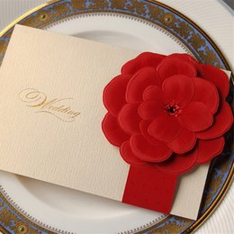 Cartes Personnalisées D'invitations À Mariage Rouge Pas Cher-Vente en gros - 30pcs Ivory Laser Cut Wedding Invitation Card avec fleurs florales rouges Custom Custom Printing Wedding Event Party Supplies