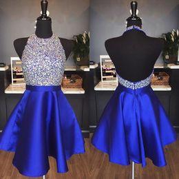 Großhandel Royal Blue Satin Backless Homecoming Kleider Juwel Halter Pailletten Kristall Backless Short Prom Kleider Sparkly Red Party Kleider