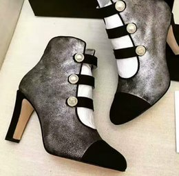 f222b51a3 Moda feminina grossa oco botas femininas de pele de carneiro cabeça redonda  botas de salto alto sapatos de festa Luta cor de couro de pérola fundo OL  ...