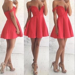 Barato Vestido Barato Simples E Vermelho-2018 Novo vermelho fora do ombro Vestidos de cocktail simples e curtos Appliques de renda Sweet Mini Homecoming Vestidos Cheap Girls Party Gowns BA6906