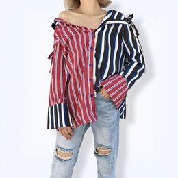 Barato Mangas Compridas Verticais-Moda Vertical Stripes Western Style Mulheres Camisas 2017 Outono Novo Bow Loose Sexy Off Shoulder Long Sleeve Irregular Female Shirt