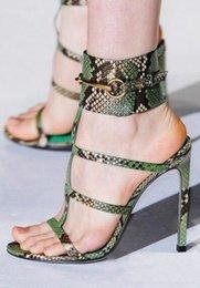 De gama alta pasadizo personalizado femenino tacones altos hebilla hueco de la muñeca del verano sexy con un anillo de metal delgado con sandalias GU