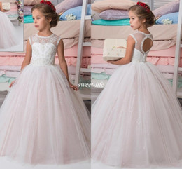 Barato Vestidos De Renda Rosa Pálido-Sparkly Lace Beaded Arab 2017 Wedding Flower Girl Vestidos Crew A-line Pale Pink Vintage Child Dresses Beautiful Baby Kids Communion Gowns