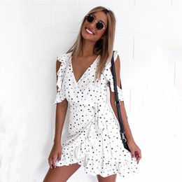 Barato Vestido Branco Com Chiffon-2017 Ruffle Polka Dot Flowing Sexy Mini vestidos de verão Vintage Irregular Bow Wrap Short Summer Party Dress Mulheres Chiffon White Dresses