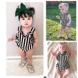 Barato Macacões Pretos-ins 2017 Summer New Baby Girl Bodysuits Black White Stripe Love Heart sem mangas Backless Jumpsuit Overalls + Headband 60602