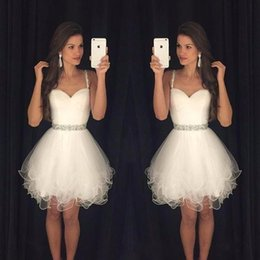 Barato Tiras De Espaguete Vestido De Contas Brancas-Sweetheart Prom Dresses Puffy Short White Spaghetti Straps Beaded Crystals Ruffles Graduação Party Dress Homecoming Dress Cheap