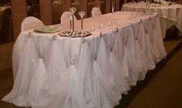 10ft L * 30 pollici H Nuovo design di lusso diamante spilla di perle di ghiaccio tavolo di seta battiscopa gonna per la decorazione di nozze in Offerta