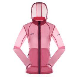 Vente en gros Femmes Randonnée Vestes Ultra Léger En Plein Air Peau Vêtements Femme Sports Raincoat Respirant Anti UV Soft Shell Camping Manteau