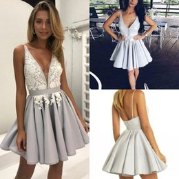 Barato Vestidos Chiques E Chiques-Gorgeous Silver Arabic Homecoming Vestidos com laço branco A Line Deep V-Neck Short Graduation Vestidos Sexy Chic Cocktail Dress para Party Wear