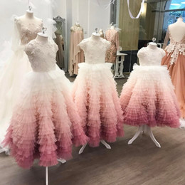 S'habille Pas Cher-Vintage Ombre Pink Flower Girl Robes pour mariage Robe d'invité Lace Appliqued Beads Boho Tiered Jupes Little Baby Gown for Communion