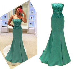 Barato Faixa Azul Festa Nupcial-Mermaid Bridesmaid Dresses 2017 New Satin Long Strapless Party Vestidos Lace Dress para Party com arco Sash Floor Length Prom Vestidos de noiva