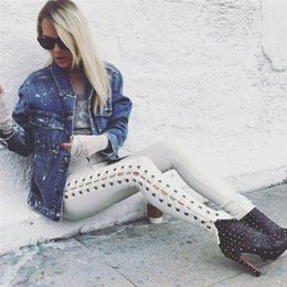 Polainas Punk Blanco Baratos-Fashion Side Lace Up Mujer Jeans Pantalones Joggers Blanco Negro Stretch Leggings Sexy pierna pequeña Hollow Out Side Open Punk Trouser