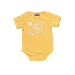Bebé Caliente Corto Baratos-Mikrdoo Baby Boy Girl Clothes Niños Mameluco de manga corta Infantil Amarillo Set de niño You Are My Sunshine Only Letters Ropa estampada Hot Tops