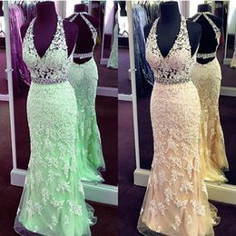 Barato Vestidos De Menta Vintage-2017 Sexy Sheer Prom Dresses Ilusão Top Halter V Neck Backless Mint Verde Champagne Mermaid Lace Appliques Evening Gowns Crystals Belt