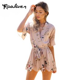 Barato Macacões Brancos-Raodaren Boho Red Floral Print Ruffles Playsuits Mulheres Elegant Autumn White V Neck Jumpsuits Rompers Sexy Beach Girls Short Overalls 2017