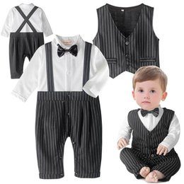 Barato Laço Do Bebê Um-Retail Baby Boys Rompers Tie Gentleman Preto Branco Stripe One Piece Luva Longa Jumpsuits + Vest Infant Clothing 3-18M E13984