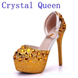 Barato Ouro Vestidos De Noite Sandálias-Crystal Queen Wedding Shoes Sandálias nupciais Mulheres Girl Gold Glitter Fake Crystal Evening Evening Dress Shoes Saltos altos