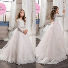 Barato Belos Vestidos De Manga Comprida-2017 Blush de mangas compridas Vestidos de meninas de flores para casamentos Bow Sash Beautiful Lace Appliques Girls Pageant Gowns First Communion Dresses