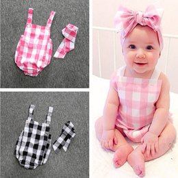 Vendas Al Por Mayor De La Tela Escocesa Baratos-INS Summer Baby Romper Sets Girls Tartan Plaid Jumpsuits Suspenders Bodysuits Bow Headbands Newborn Onesies Kids Baby Clothes Venta al por mayor 577
