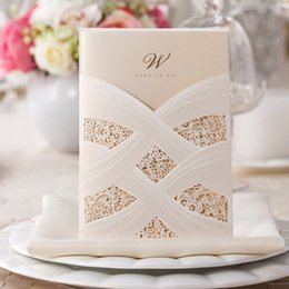 Barato Cartão Branco Pérola-Atacado-100PCS Vertical Laser Cut White Oco Floral Wedding Invitations Pearl Paper Cards para Casamento Favors Customizable CW060