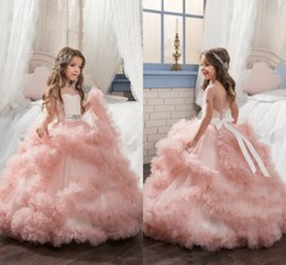 Barato Vestidos De Tulle Rosa-2017 Blush Pink Girls Pageant Vestidos Barco Pescoço Cap Sleeve Ruffles Tulle Skirt Pavimento Comprimento Ball Gown Flower Girls Dresses For Weddings