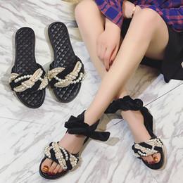 Опт Горячая модная бантиковая лента с ремешками на щиколотке жемчужное плетение с мягким дном и плоскими сандалиями тапочки женские