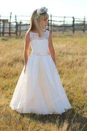 Venta al por mayor de Vestidos de niña de las flores de encaje 2017 Louise nupcial para bodas en el campo Un vestido de primera comunión de línea de la vendimia para niñas