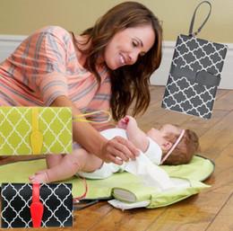 Bebek İşlevli Pedleri Değiştirme Paspaslar Katlanabilir Kompakt Nappy Bezi Değiştirme Mat Seyahat Değiştirme Istasyonu Debriyaj Katlanabilir Mumya çanta KKA2059